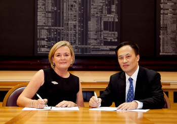 Deirdre Somers CEO of ISE with Dr Que Bo VP of Shanghai Stock Exchange at the signing of MOU between the exchanges on the ISE market floor